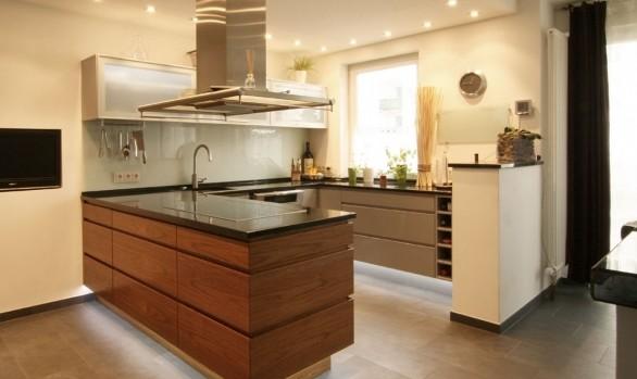 Edle Kücheninsel in Walnussfurnier