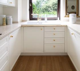 Die Kleine Küche In U Form Bietet Erstaunlich Viel Arbeitsplatz Und  Stauraum. Im Hochschrank, Der In Den Wohnzimmerschrank übergeht, Finden  Auch Ergonomisch ...